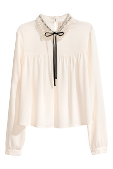 Blouse with a lace collar